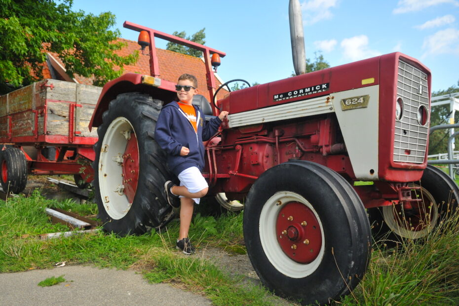 Family photoshoot boy with tractor by Amsterdam photographer Tom van der Leij
