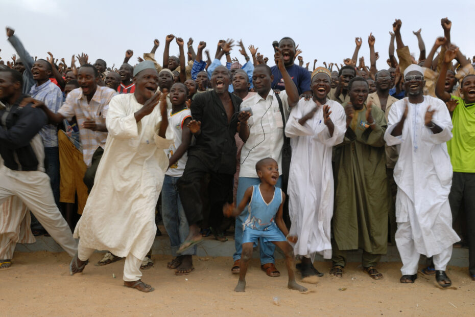 Happy dancing men in Niger by Amsterdam photographer Tom van der Leij