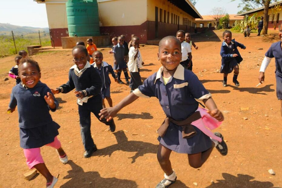 Happy school kids in South Africa by Amsterdam photographer Tom van der Leij