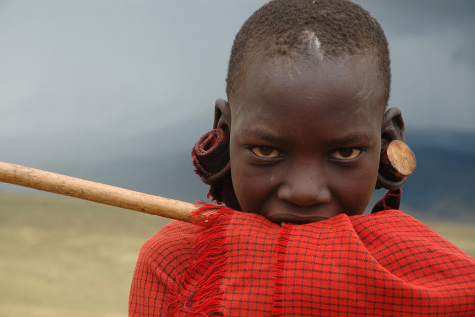 Maasai boy in Tanzania by Amsterdam photographer Tom van der Leij