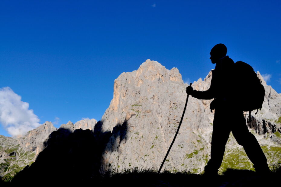 Man hiking in the Dolomites in Italy by Amsterdam photographer Tom van der Leij