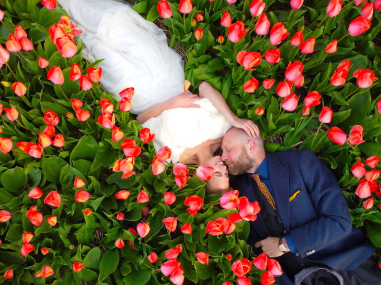 Drone photo of married couple in Dutch tulip fields by Amsterdam photographer Tom van der Leij