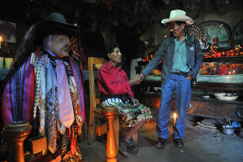 Men in shop in Guatemala San Maximon in Santiago Atitlan by Amsterdam photographer Tom van der Leij