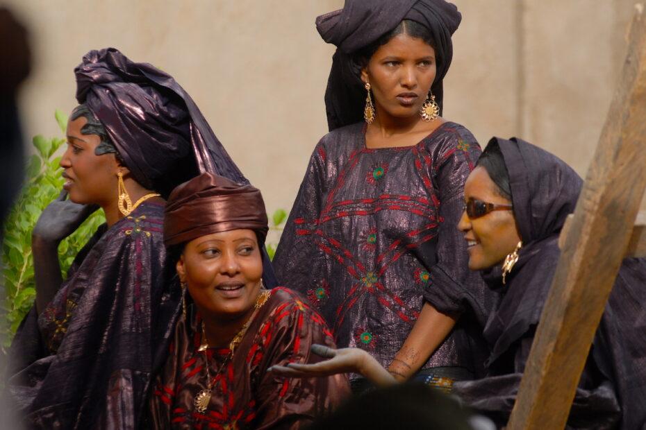 Touareg Women at a wedding in Niger by Amsterdam photographer Tom van der Leij