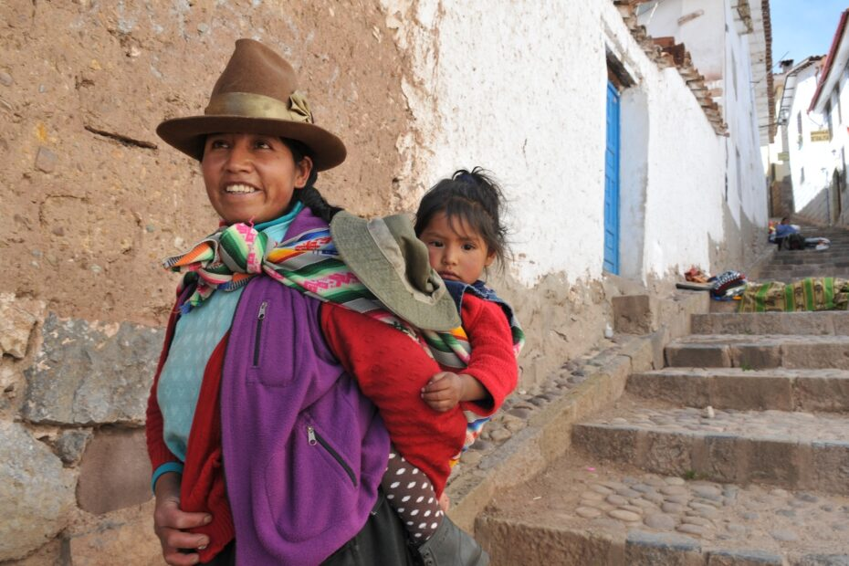 Woman and baby in Bolivia by Amsterdam photographer Tom van der Leij