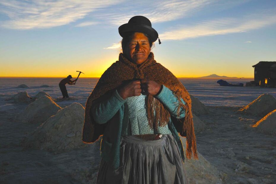 Woman in Bolivia, Ujuni Salt Plains by Amsterdam photographer Tom van der Leij